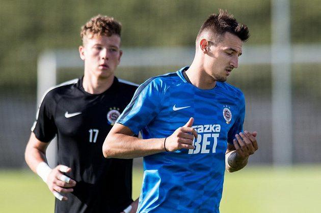 Nová posila Sparty záložník Vukadin Vukadinovič během prvního tréninku sezóny na Strahově.