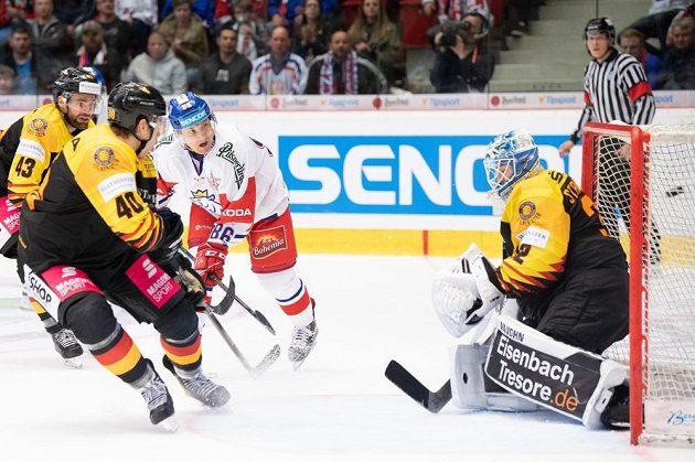 Tomáš Mertl z Česka překonává německého brankáře Dustina Strahlmeiera a střílí gól na 5:3 během utkání Euro Hockey Challenge.