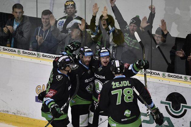 Hokejisté Mladé Boleslavi se radují z gólu v utkání se Zlínem.