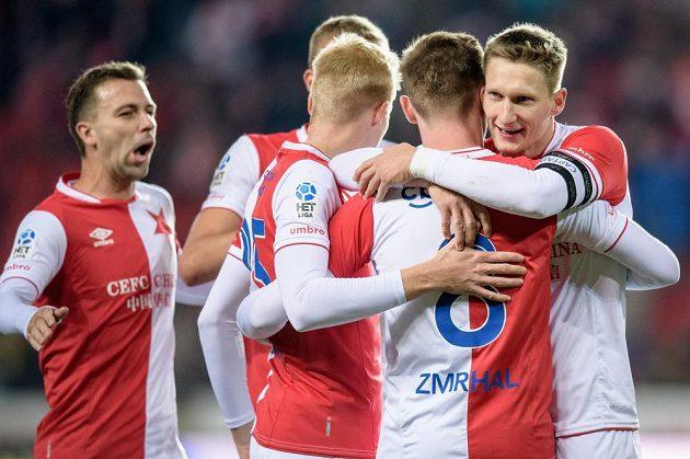 Fotbalisté Slavie Praha oslavují gól na 3:0.