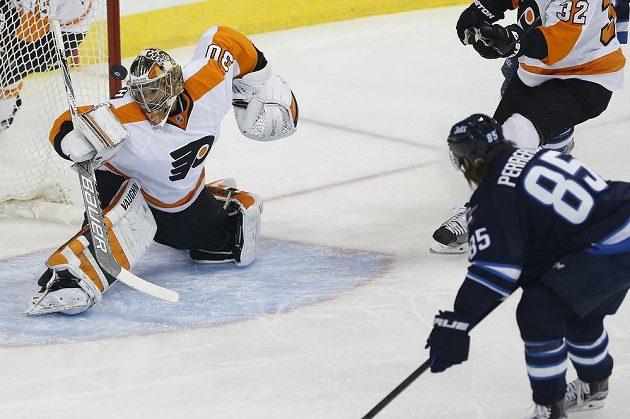 Český brankář Michal Neuvirth (30) z Philadelphie Flyers zasahuje proti jedné ze střel Winnipegu.