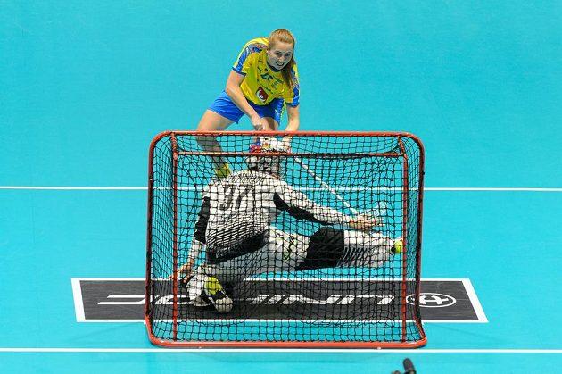 Emelie Wibronová ze Švédska a brankářka ČR Jana Christianová během utkání mistrovství světa.