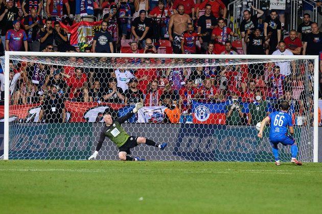 Miroslav Káčer z Viktorie Plzeň střílí vítězný gól v penaltovém rozstřelu během utkání 3. předkola Evropské konferenční ligy.