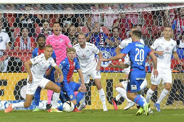 Závar před brankou Slovácka v ligovém utkání v Plzni, situaci se snaží dirigovat gólman hostů Nguyen.