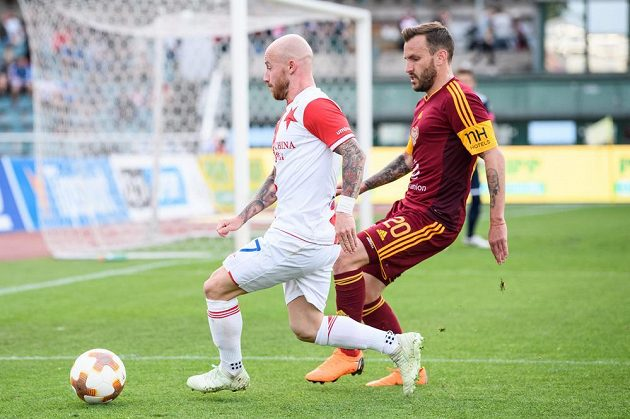 Střelec druhého gólu Slavie Miroslav Stoch (vlevo) v souboji s Branislavem Miloševičem z Dukly.