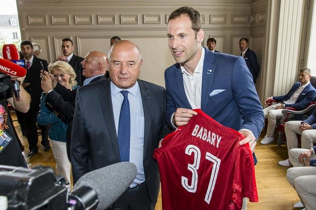 Brankář Petr Čech předává starostovi města Tours Babarymu dres českého týmu s jmenovkou a číslem 37.