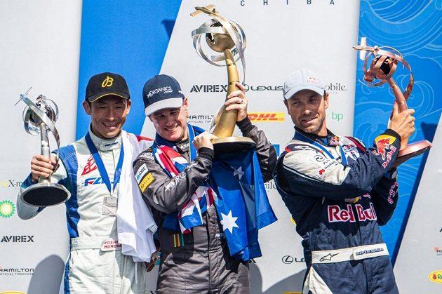 Nový mistr světa Australan Matt Hall (uprostřed), celkově druhý Japonec Jošihide Muroja (vlevo) a bronzový Martin Šonka.