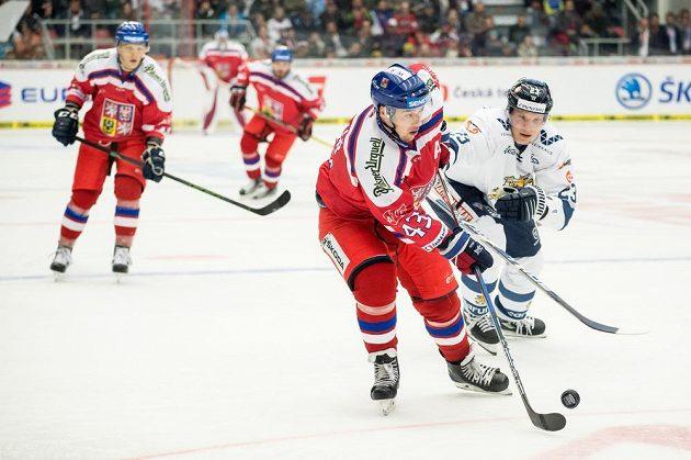 Jan Kovář a Joonas Kemppainnen z Finska během utkání turnaje Carlson Hockey Games v Českých Budějovicích.