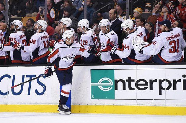 Český útočník Jakub Vrána přijímá gratulace od hokejistů Washingtonu poté, co se trefil v NHL na ledě Bostonu.