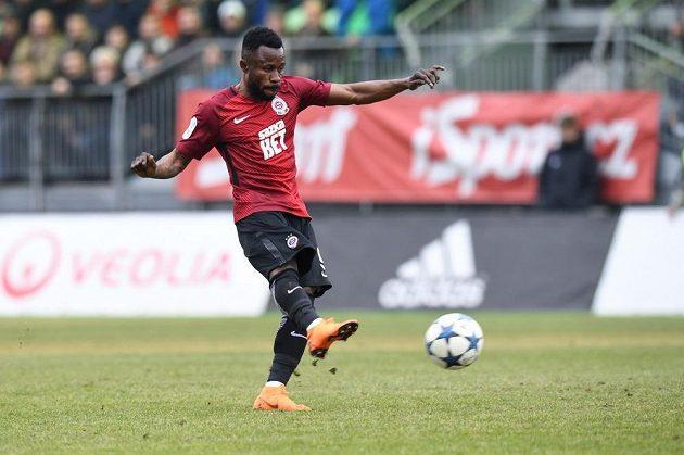 Guélor Kanga ze Sparty střílí gól proti Karviné.