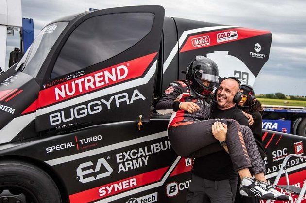 Aliyyah Kolocová po rekordní jízdě v náručí svého otce Martina Koloce, šéfa týmu Buggyra Racing.