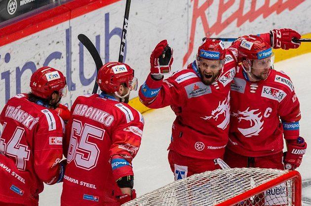 Hokejisté Třince zleva Matěj Stránský, Tomáš Marcinko, Martin Růžička a Petr Vrána.