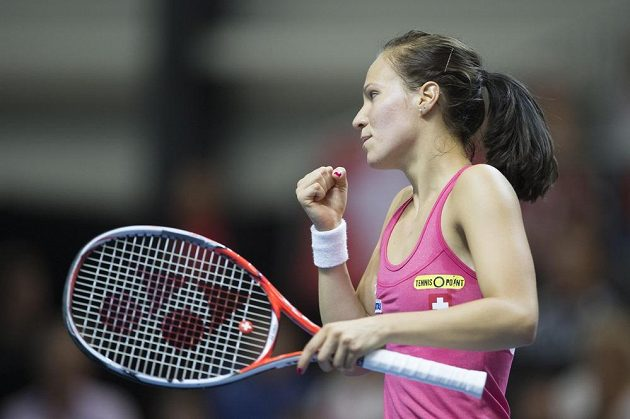 Švýcarka Viktorija Golubicová oslavuje zisk fiftýnu v utkání s Karolínou Plíškovou.