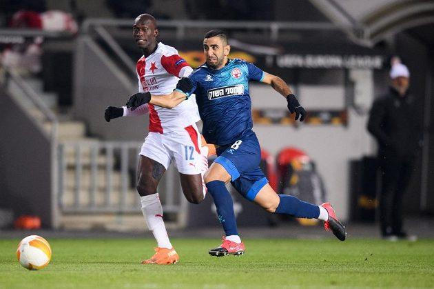 Abdallah Sima ze Slavie Praha a Marwan Kabha z Beer Ševy během utkání základní skupiny Evropské ligy.