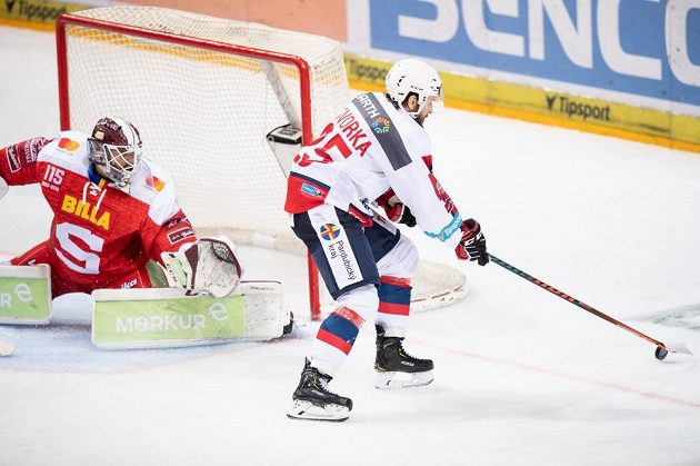 Marek Hovorka z Pardubic střílí gól na 3:1 během utkání Tipsport extraligy na ledě Sparty.