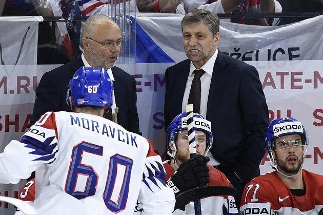 Na střídačce českého týmu trenér Josef Jandač (vpravo), jeho asistent Jiří Kalous a hráči (zleva) Michal Moravčík, David Pastrňák a Michal Řepík.