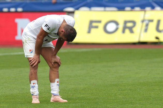 Zklamaný Milan Baroš z Ostravy po skončení zápasu s Mladou Boleslaví, ve kterém šlo o postup do Evropské ligy.