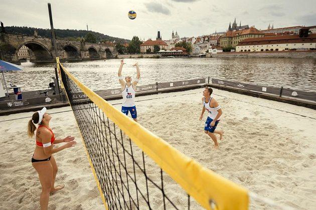 Plážový volejbal na Vltavě? Češí olympionici exhibicí na netradičním místě odstartovali pražský turnaj.