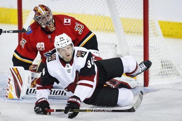 Hokejista Arizony Coyotes Carl Soderberg narazil v pádu do českého gólmana Davida Ritticha z Calgary Flames.