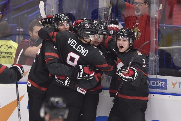Radost hráčů Kanady z vyrovnávacího gólu na 1:1. Uprostřed Joe Veleno.