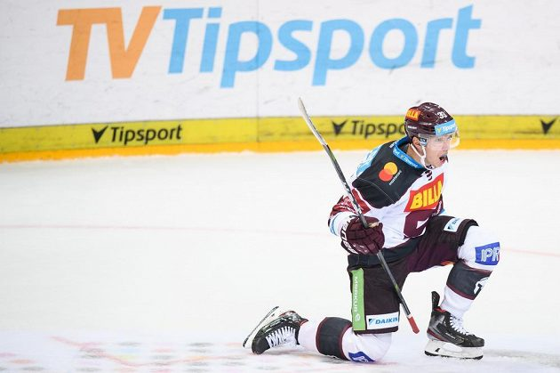 Jan Košťálek ze Sparty oslavuje gól na 4:3 během utkání s Plzní v 1. kole Tipsport extraligy.