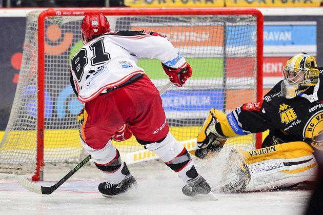 Zleva Alexandre Picard z Hradce Králové střílí gól brankáři Michaelu Petráskovi z Litvínova.