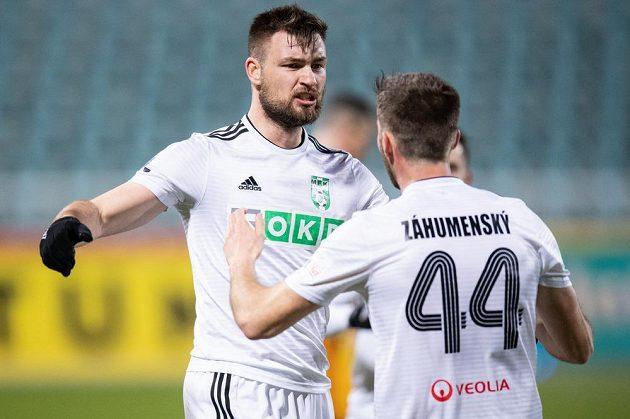 Fotbalisté Karviné Tomáš Wágner (vlevo) a Timotej Záhumnský oslavují gól na 1:2 během utkání 25. kola Fortuna ligy na Dukle.