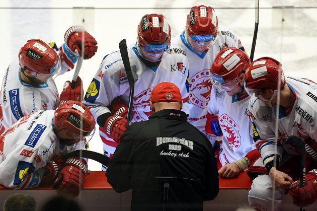 Třinecký trenér Jiří Dopita udílí pokyny hráčům během oddechového času v zápase s Libercem.