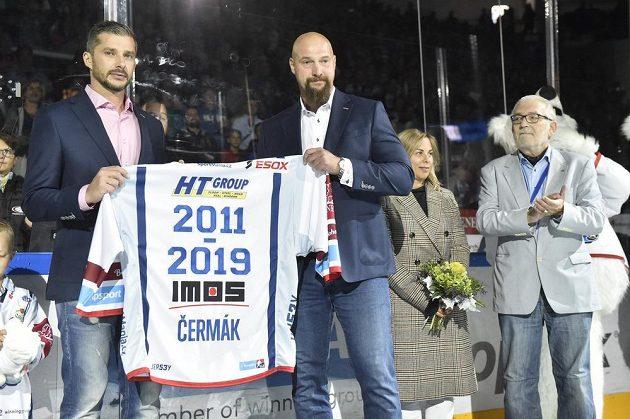 Bývalý kapitán Brna Leoš Čermák (vlevo) byl před začátkem utkání se Spartou uveden do klubové síně slávy. Druhý zleva je majitel Komety Libor Zábranský. Zprava prezident klubu Egbert Zündorf a dcera dřívějšího kapitána Komety Hana Bubníková.