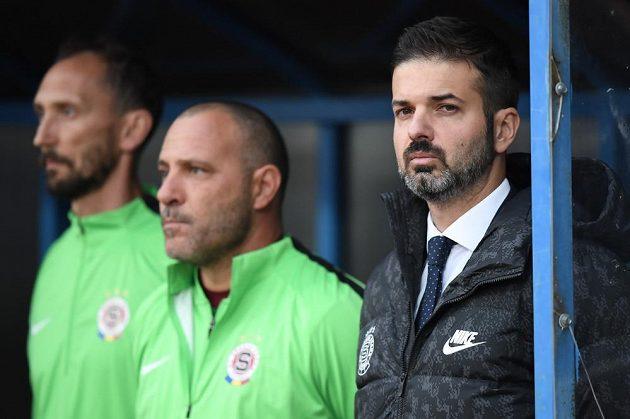 Trenér fotbalové Sparty Andrea Stramaccioni s členy svého týmu během pohárového utkání ve Znojmě.