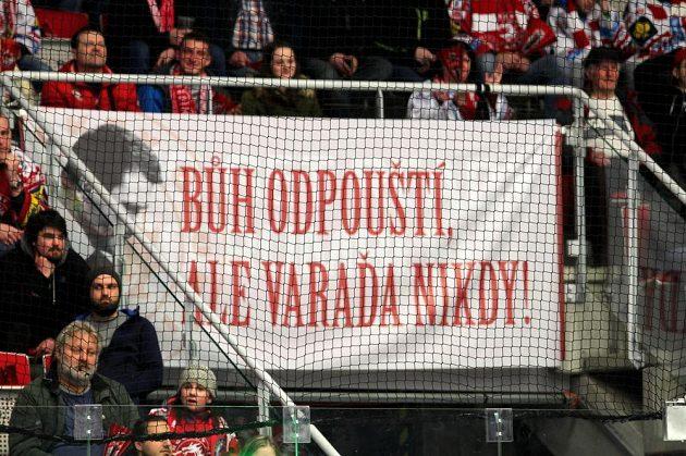 Transparent mezi fanoušky Třince během čtvrtfinále hokejového play off s Pardubicemi.