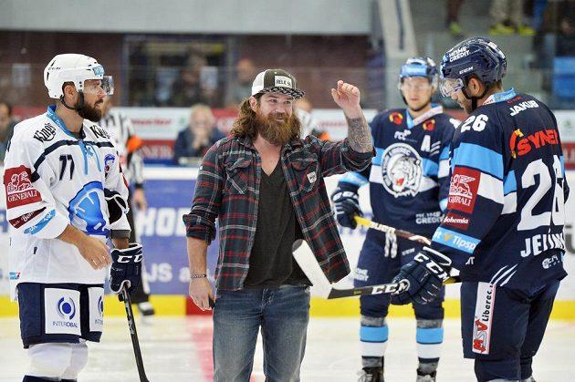 Slavnostního vhazování zápasu Plzeň - Liberec se ujal bývalý hráč Plzně Ryan Hollweg.