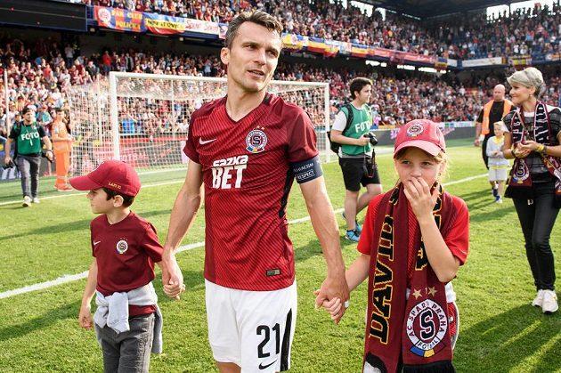 David Lafata se synem Toníkem a dcerou Vandou se loučí s fanoušky Sparty po utkání s Olomoucí.