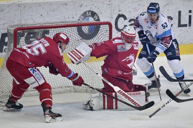 Třinecký hokejista Vladimír Roth a brankář Ocelářů Šimon Hrubec se snaží v úvodním finále extraligy zabránit ve skórování soupeři z Liberce. Prosadit se snaží Jaroslav Vlach.