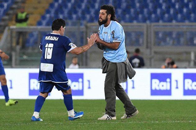 Fanoušek se dostal k Diegu Maradonovi během charitativního zápasu.