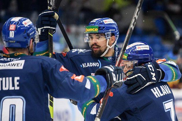 Marek Račuk z Kladna oslavuje se spoluhráči gól na 4:0 během sedmého finále.