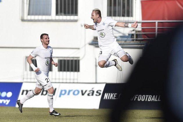 Jiří Valenta z Mladé Boleslavi se raduje ze svého druhého gólu. Vlevo Lukáš Pauschek.