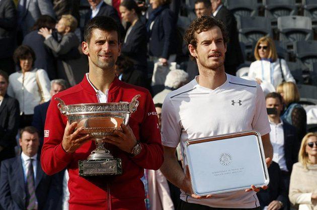 Vítěz French Open Novak Djokovič (vlevo) a poražený finalista Andy Murray.
