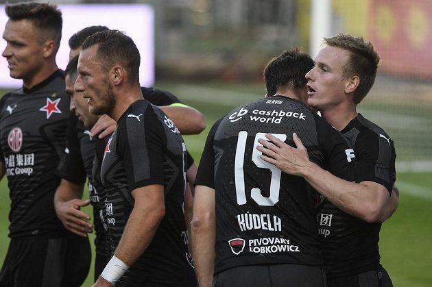 Petr Ševčík ze Slavie (vpravo) přijímá gratulaci ke gólu od spoluhráčů během utkání v Mladé Boleslavi.