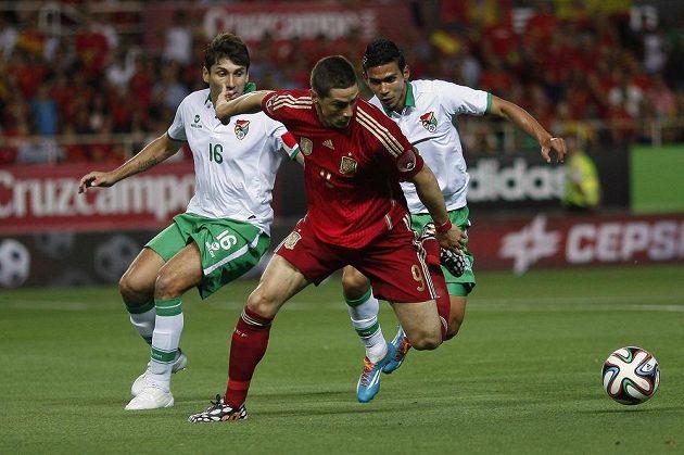 Španělský útočník Fernando Torres (uprostřed) bojuje o míč s Bolivijci Fernandem Raldesem (vlevo) a bekem Diegem Bejaranem.