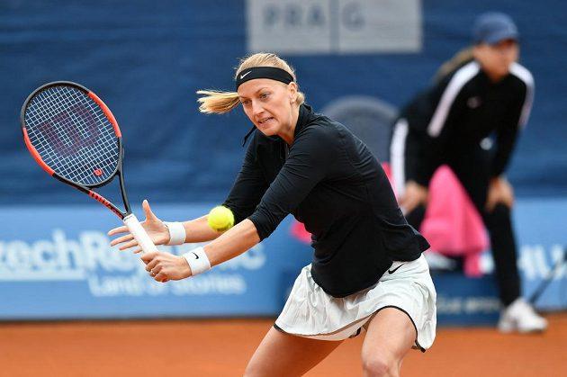 Petra Kvitová v semifinále turnaje J&T Banka Prague Open s Čang Šuaj zČíny.