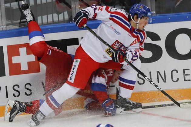 Ruský hokejista Alexander Barabanov (vlevo) v souboji s Tomášem Dvořákem v utkání na Channel One Cupu.