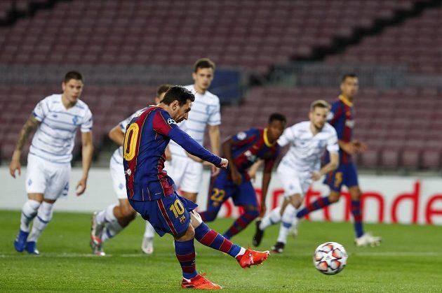 Lionel Messi z Barcelony střílí z penalty úvodní gól zápasu Ligy mistrů s Dynamem Kyjev.