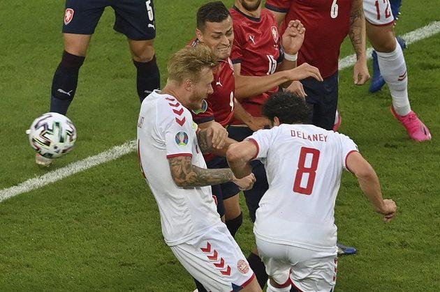 Dánský fotbalista Thomas Delaney (vpravo) dává gól ve čtvrtfinále EURO s Českem.