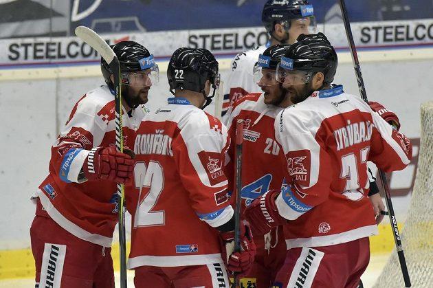 Hokejisté Olomouce se radují z úvodního gólu proti Vítkovicím.