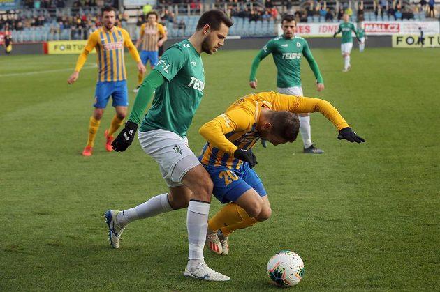 Zleva Vojtěch Kubista z Jablonce, Karol Mondek z Opavy v utkání 19. kola první ligy.