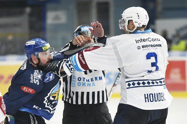 Dohrávka 1. kola hokejového Poháru Generali České pojišťovny. Zleva Nicolas Hlava z Kladna a Michal Houdek z Plzně.