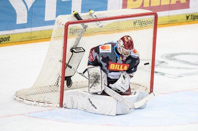 Brankář Sparty Praha Tapani Sami Aittokallio inkasuje gól během extraligového utkání s Vítkovicemi.