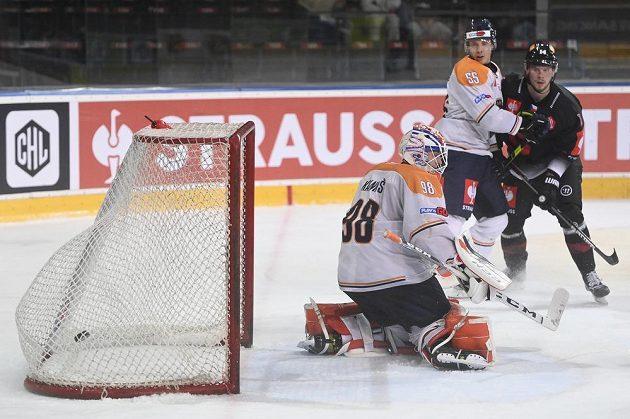 Brankář Växjö Janis Kalninš inkasuje druhý gól v utkání proti Spartě.