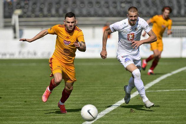 ZlevaDaniel Souček z Dukly aDaniel Vašulín z Hradce Králové během utkání druhé ligy.